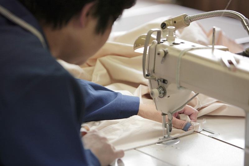 自社工場で縫製した側生地に羽毛を充てん1